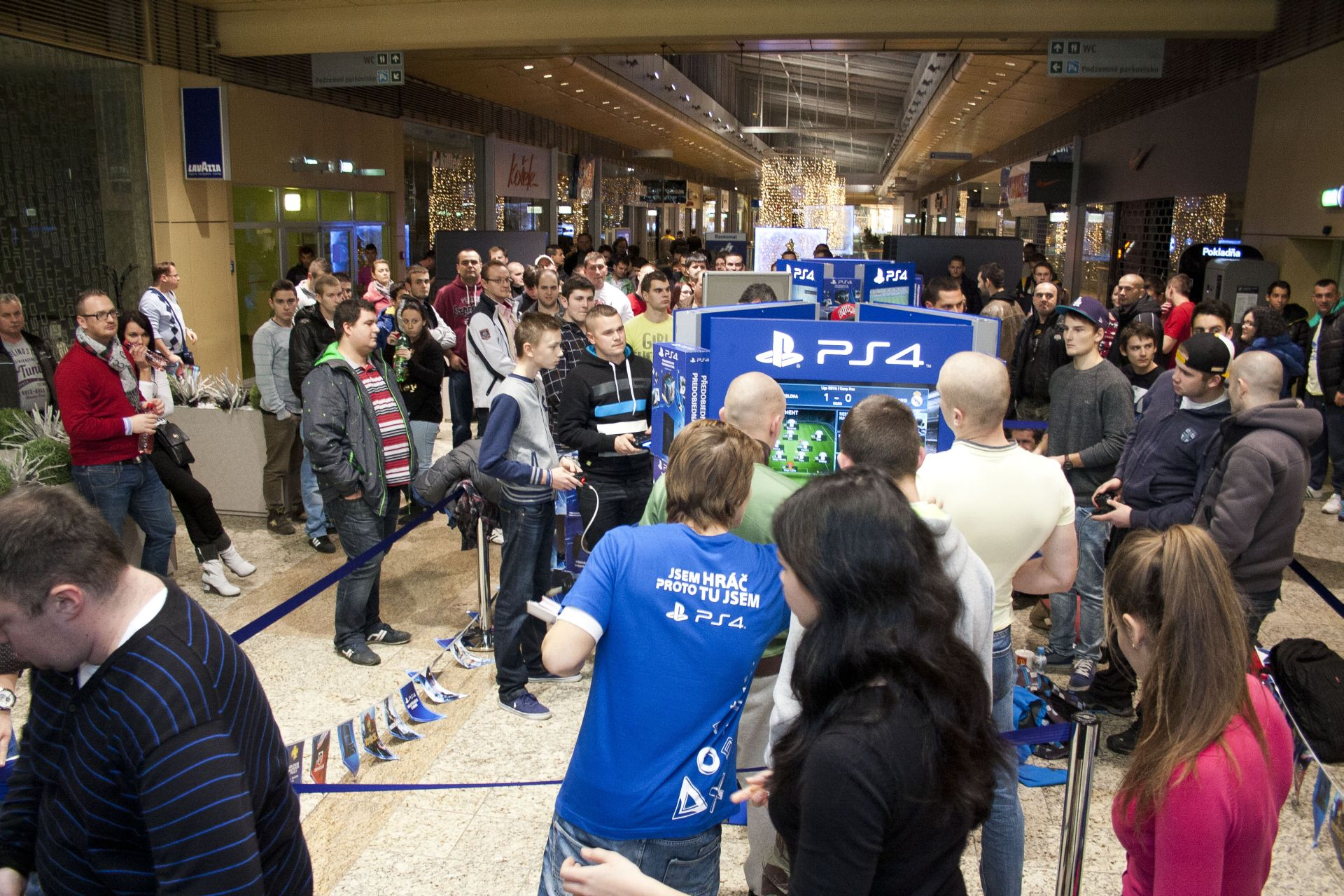 Fotky z půlnočního prodeje PS4 v Praze a Bratislavě 90867