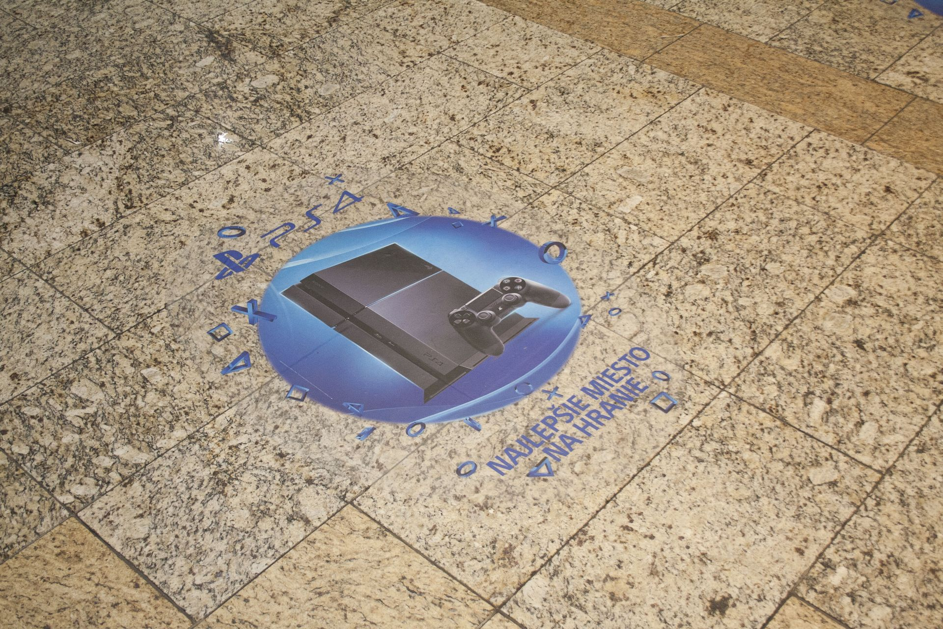 Fotky z půlnočního prodeje PS4 v Praze a Bratislavě 90870