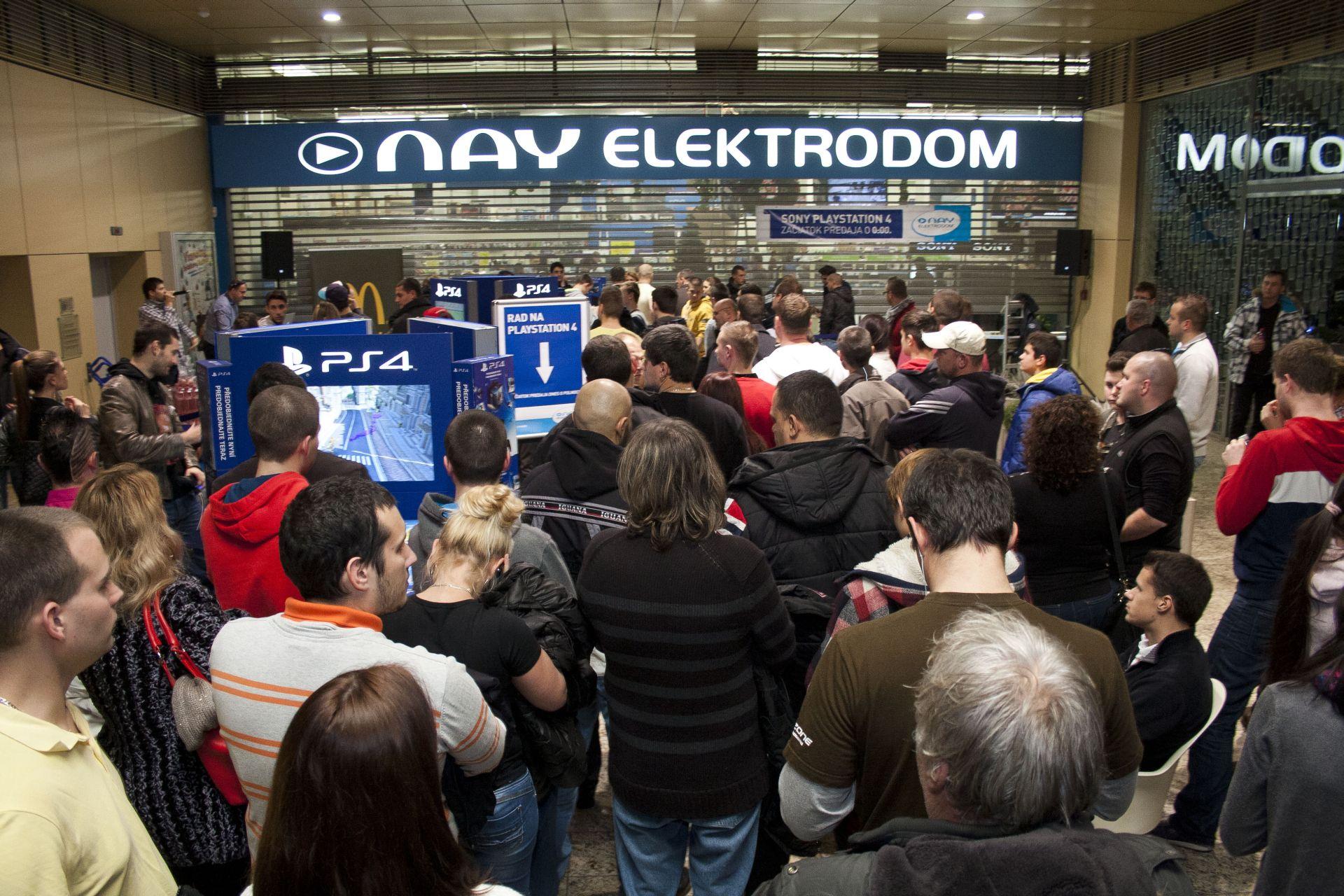 Fotky z půlnočního prodeje PS4 v Praze a Bratislavě 90871
