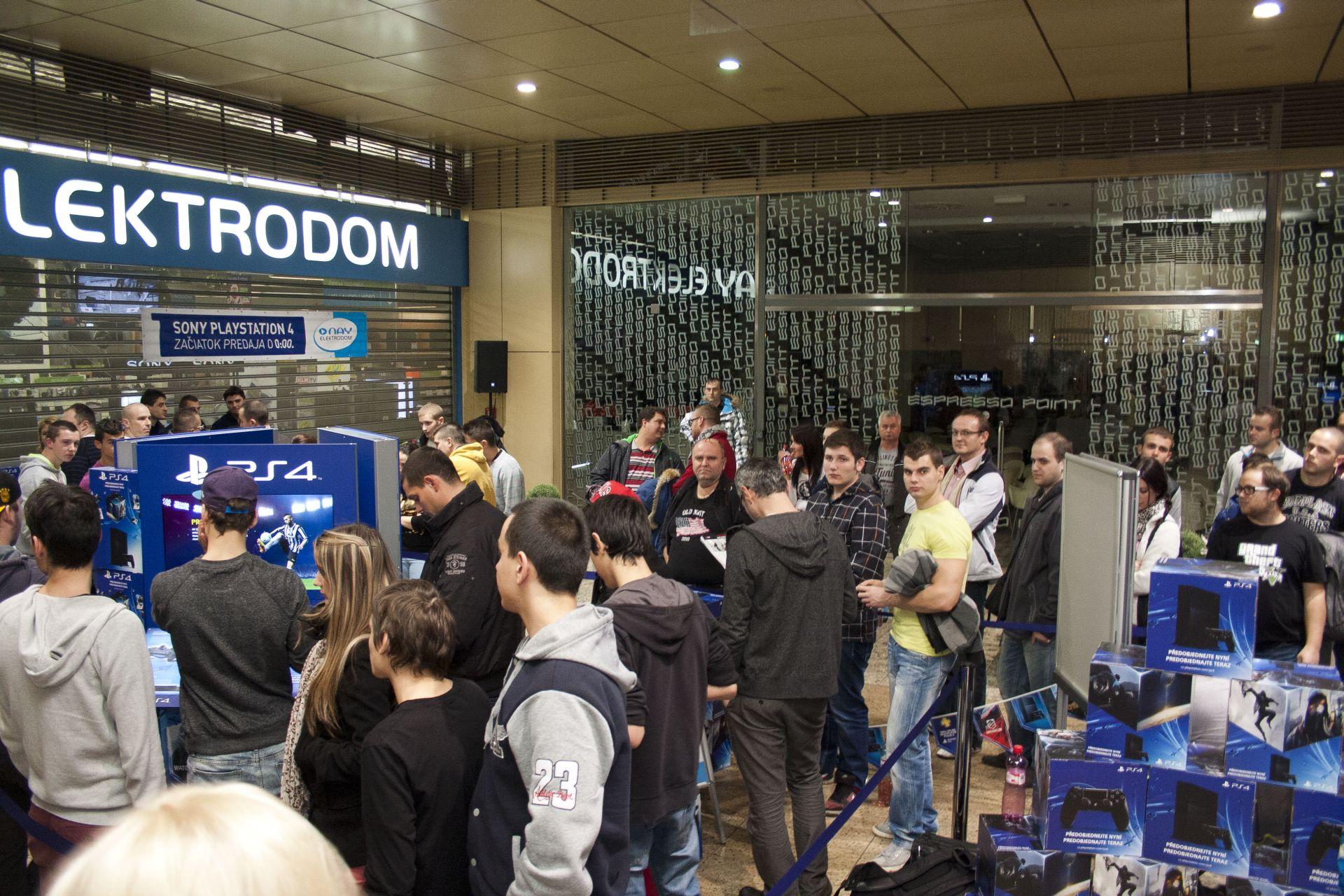 Fotky z půlnočního prodeje PS4 v Praze a Bratislavě 90873