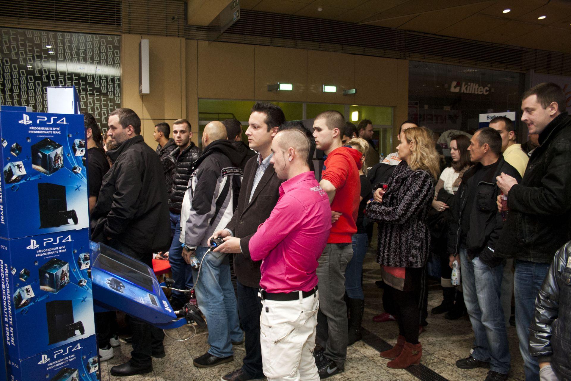 Fotky z půlnočního prodeje PS4 v Praze a Bratislavě 90874