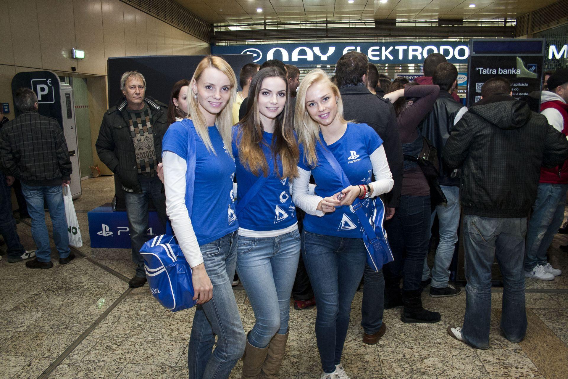 Fotky z půlnočního prodeje PS4 v Praze a Bratislavě 90878