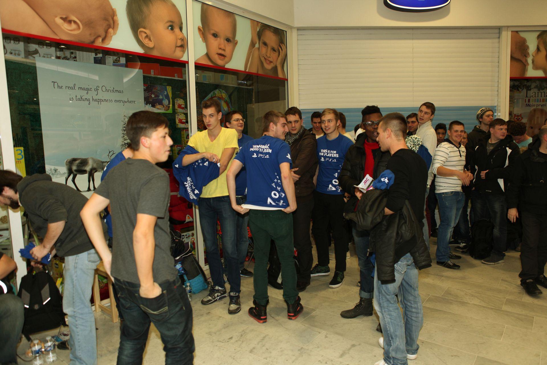 Fotky z půlnočního prodeje PS4 v Praze a Bratislavě 90888