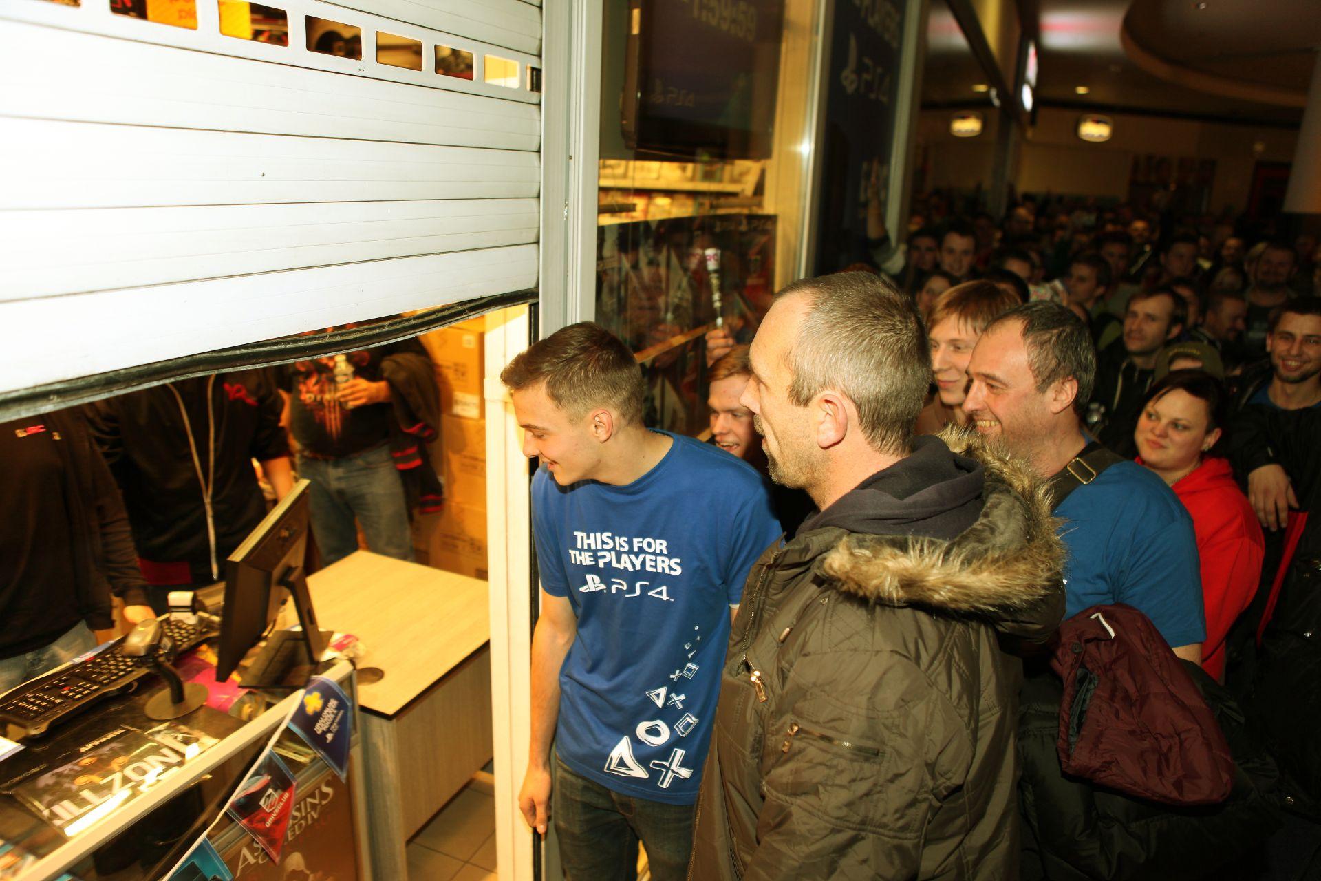 Fotky z půlnočního prodeje PS4 v Praze a Bratislavě 90897