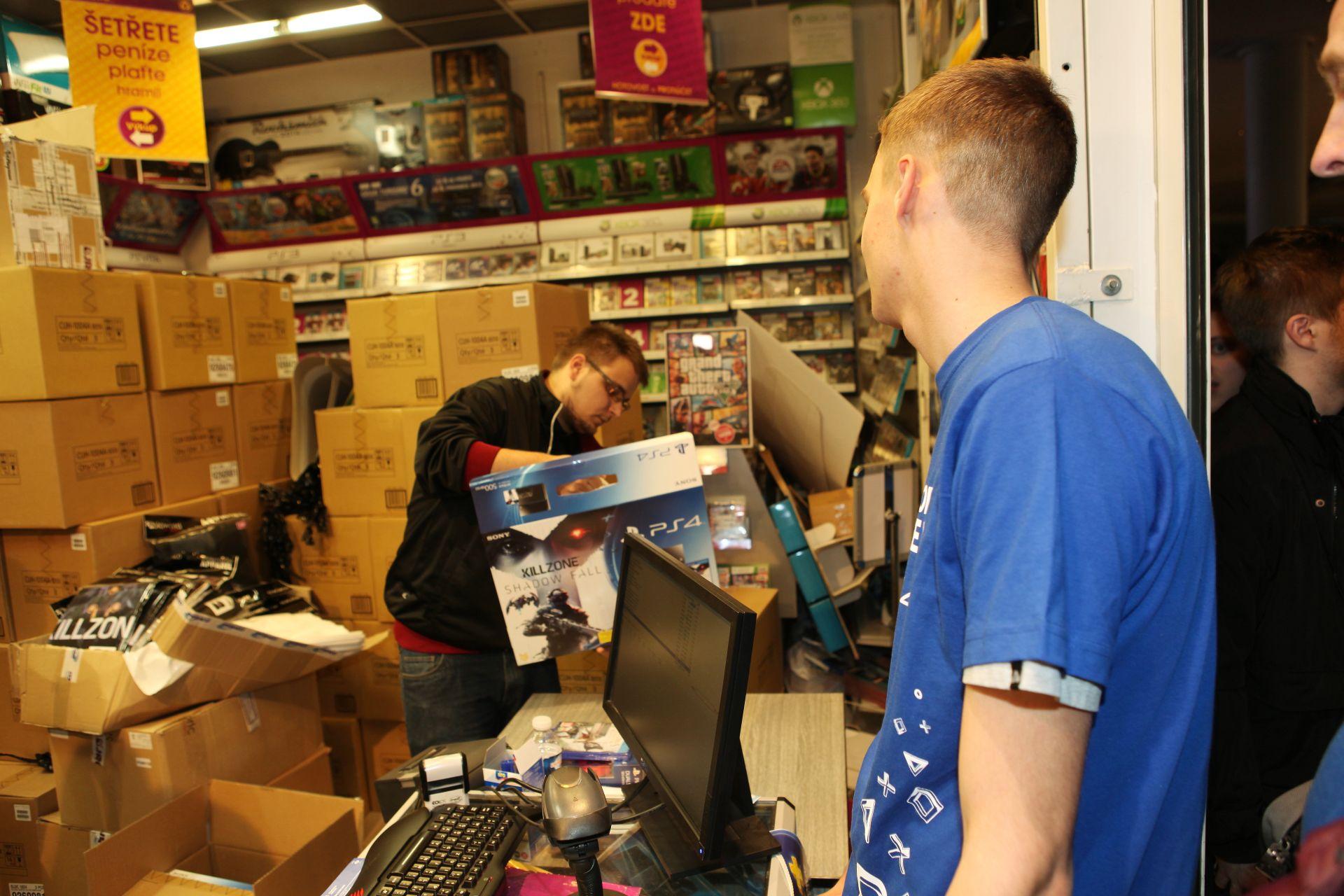 Fotky z půlnočního prodeje PS4 v Praze a Bratislavě 90898