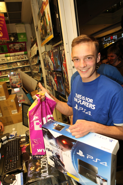 Fotky z půlnočního prodeje PS4 v Praze a Bratislavě 90899