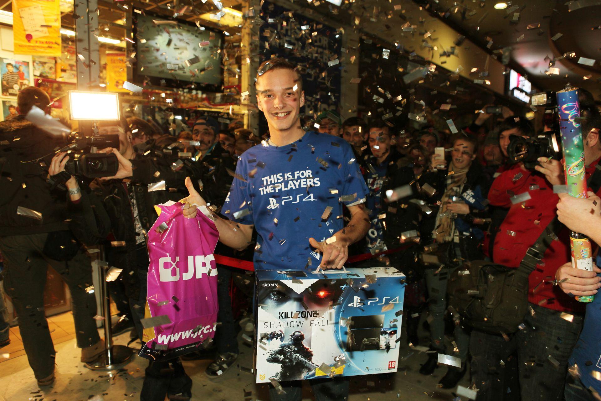 Fotky z půlnočního prodeje PS4 v Praze a Bratislavě 90900