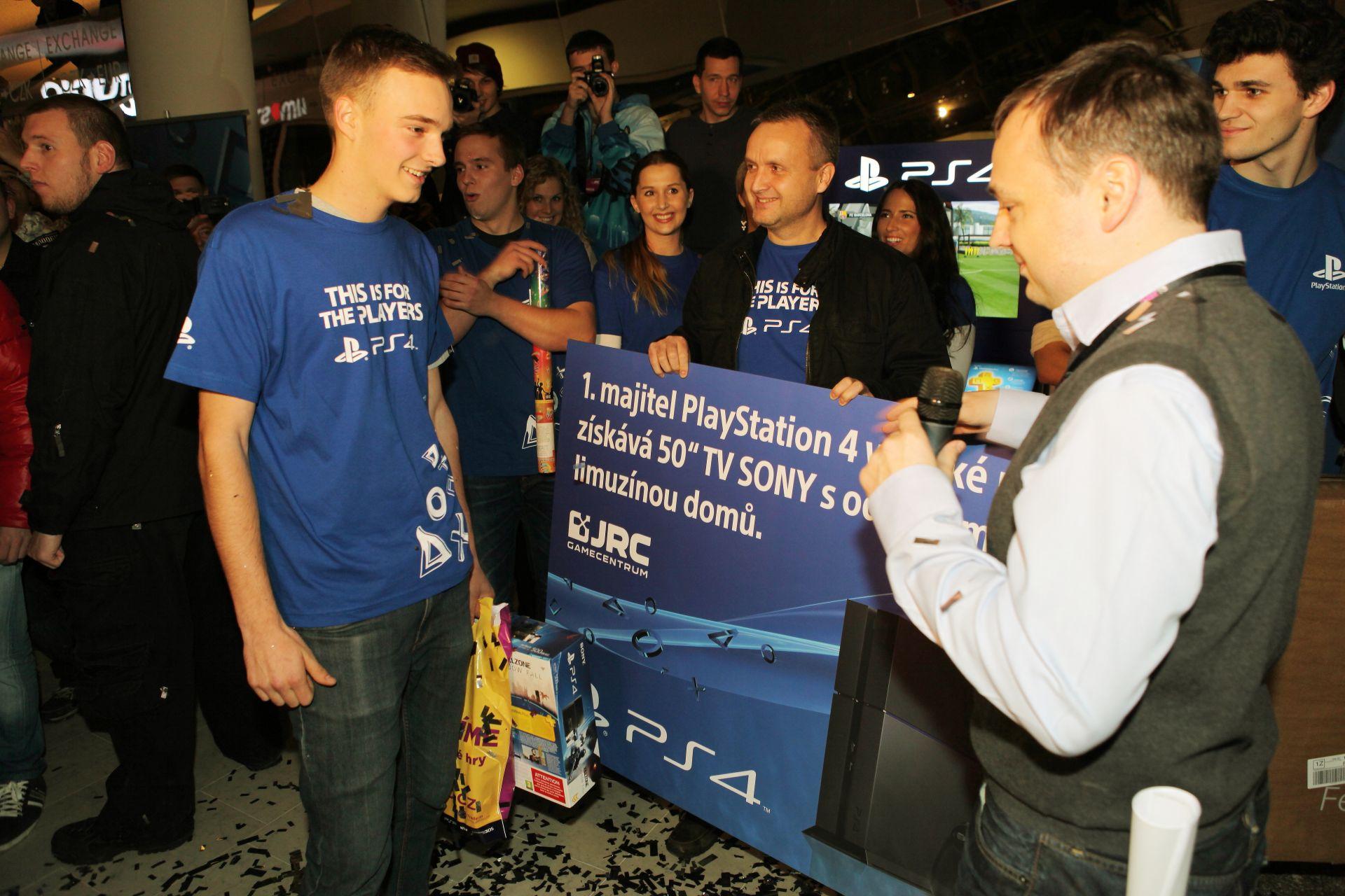 Fotky z půlnočního prodeje PS4 v Praze a Bratislavě 90901