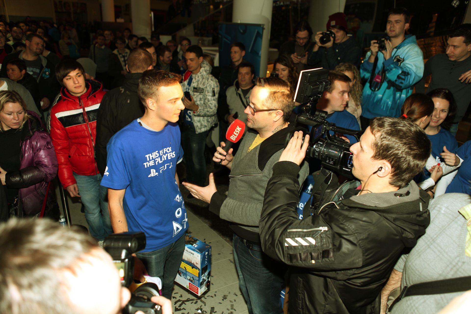 Fotky z půlnočního prodeje PS4 v Praze a Bratislavě 90905