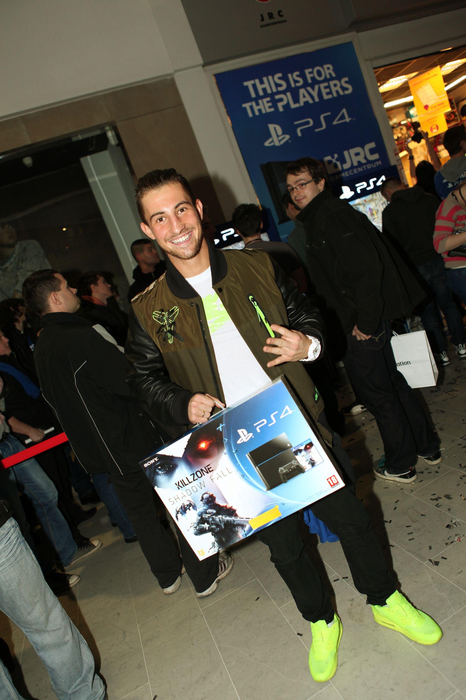 Fotky z půlnočního prodeje PS4 v Praze a Bratislavě 90908