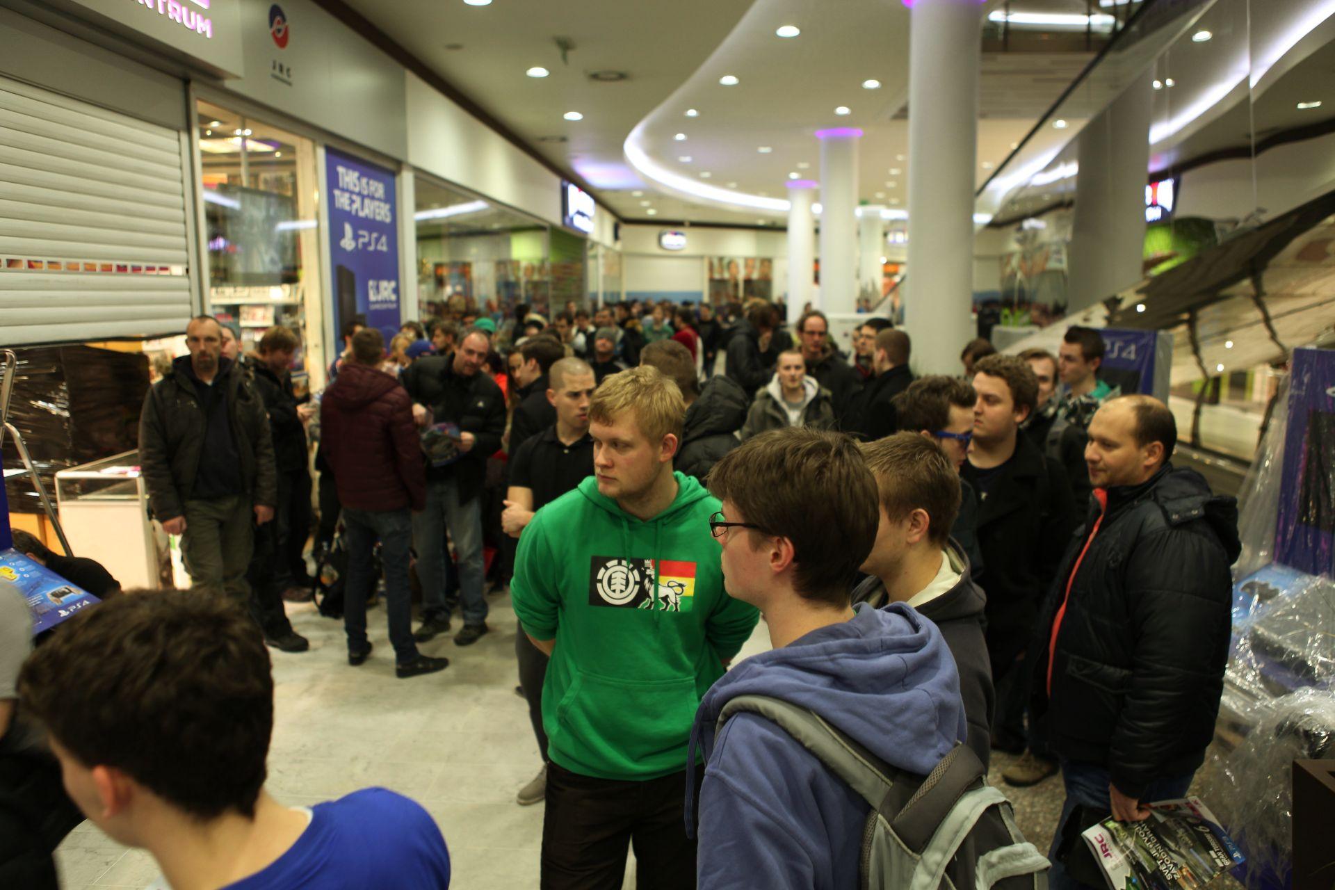 Fotky z půlnočního prodeje PS4 v Praze a Bratislavě 90911