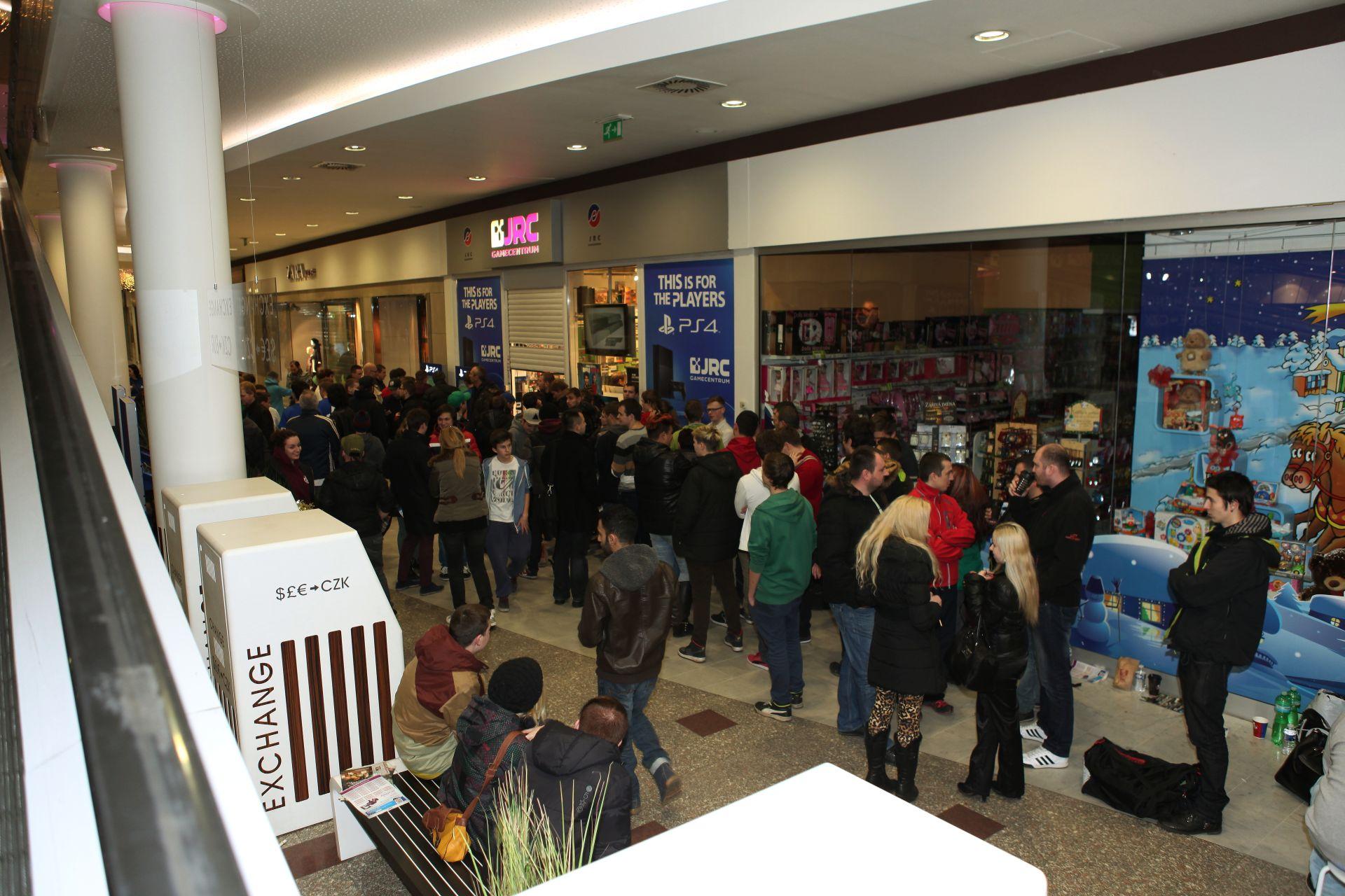 Fotky z půlnočního prodeje PS4 v Praze a Bratislavě 90913