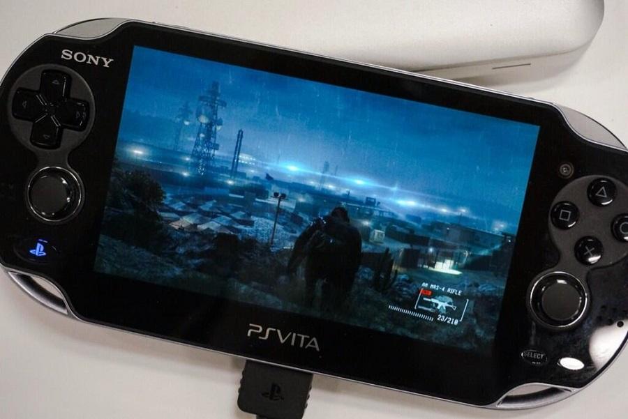 Kojima se nechal vyfotit při hraní Metal Gear Solid 5 na Vitě 91649
