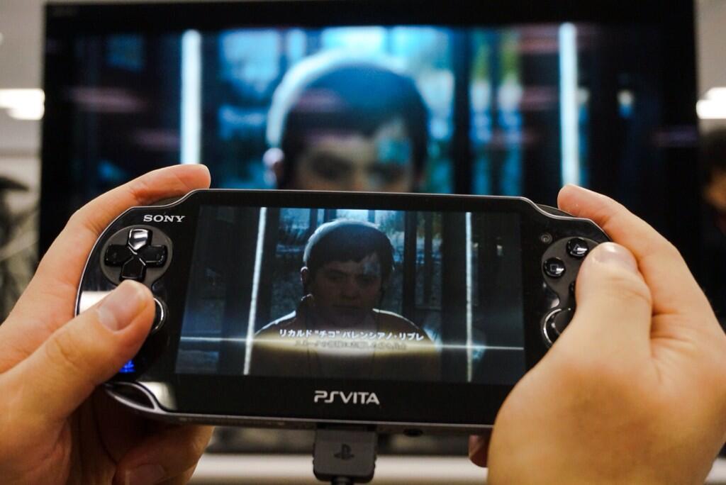 Kojima se nechal vyfotit při hraní Metal Gear Solid 5 na Vitě 91650
