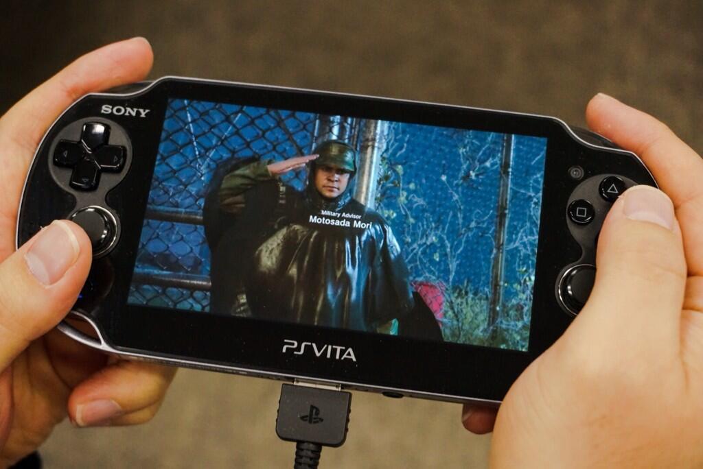 Kojima se nechal vyfotit při hraní Metal Gear Solid 5 na Vitě 91651