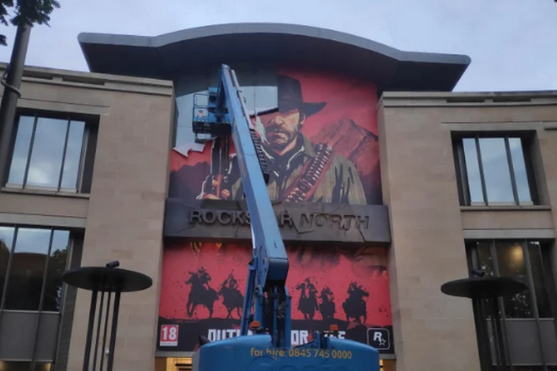 Z budovy studia Rockstar North zmizela reklama na Red Dead Redemption 2 Rockstar North fasada
