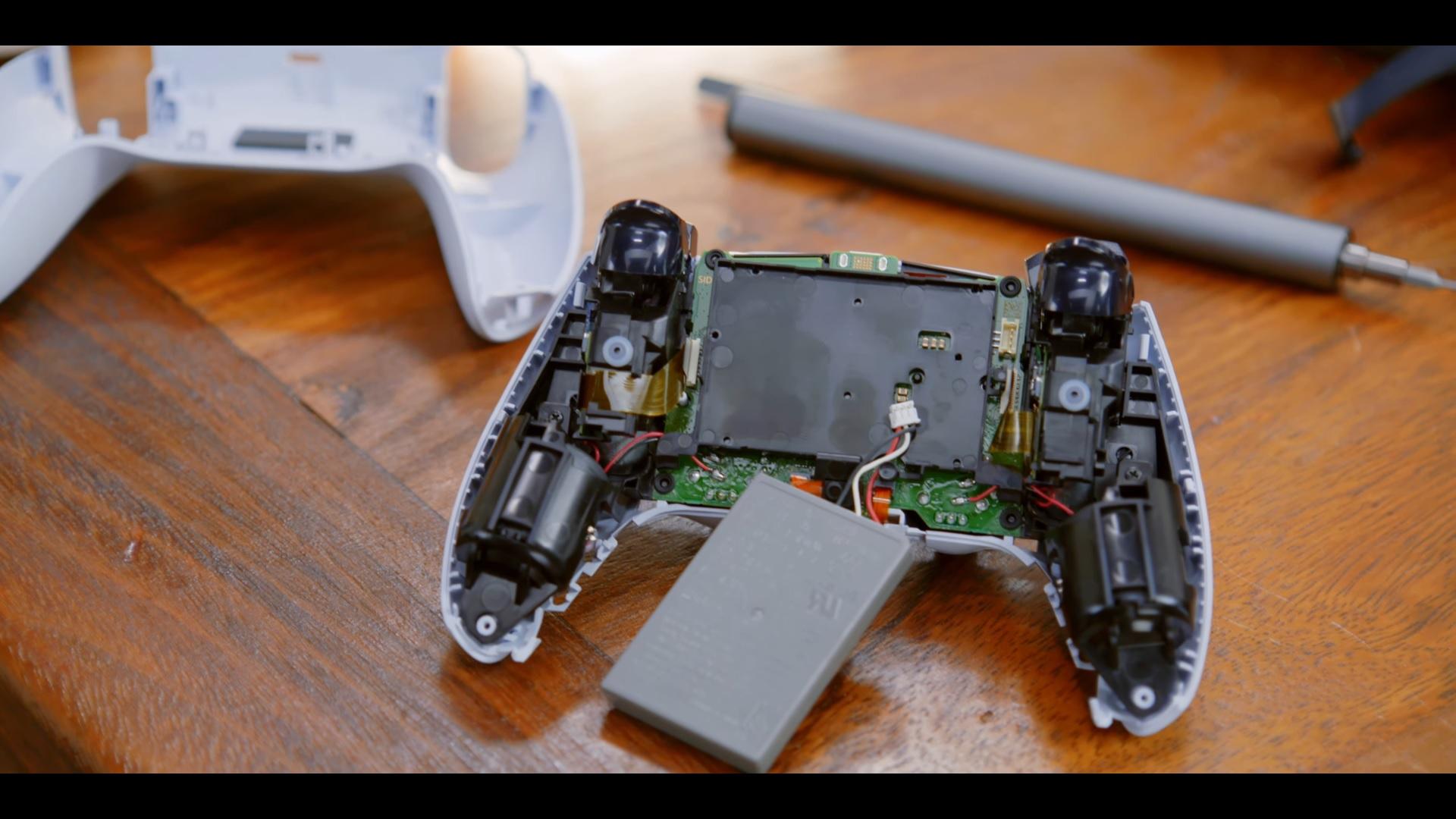 Vybalení a prohlídka ovladače DualSense Vnitřek