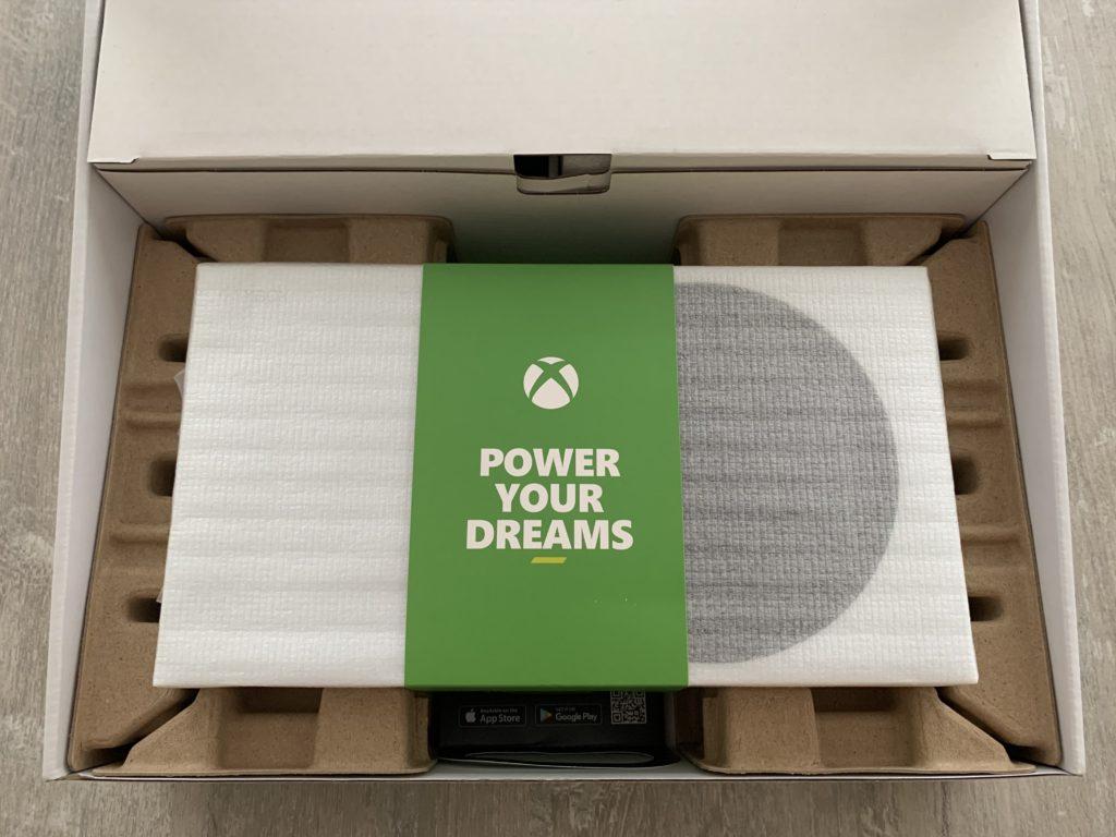 Malá konzole Xbox Series S je pečlivě chráněna.