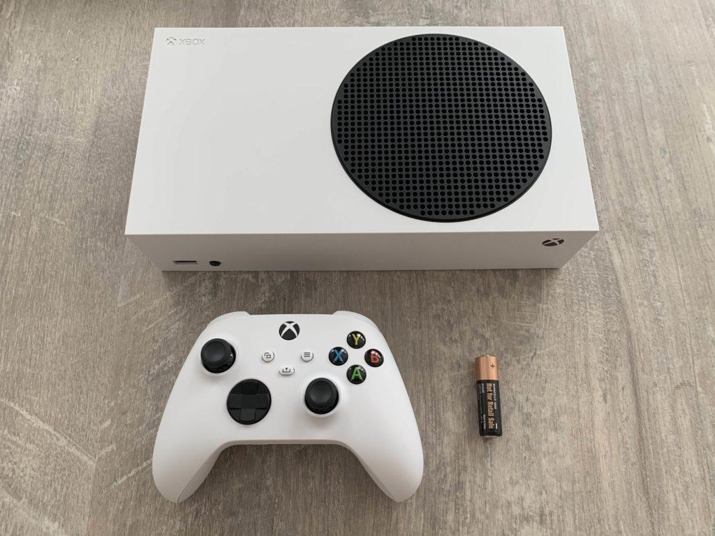 Konzole Xbox Series S je opravdu maličká. Zde pro porovnání s ovladačem.